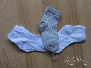 3 pares de calcetines en blanco y gris.